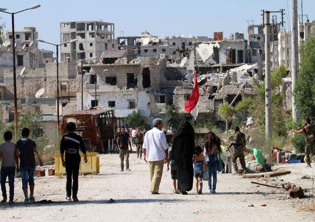 Forças do governo sírio tentam garantir a segurança de civis no bairro de Bani Zeid, em Aleppo