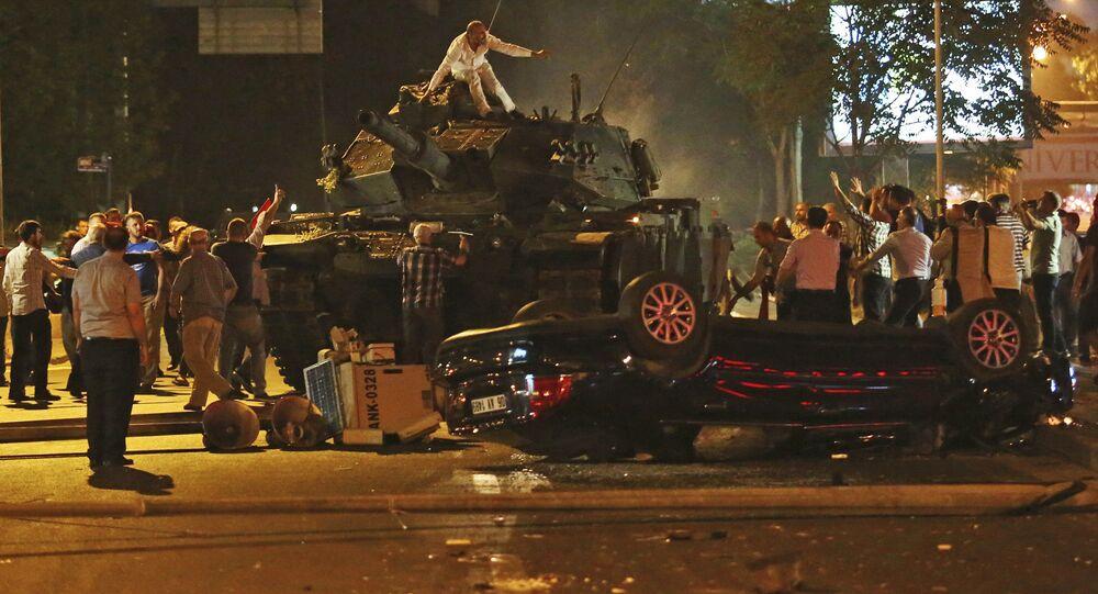 Foto tirada em 16 de julho mostra tanques nas ruas da capital turca, Ancara, e pessoas que tentam pará-los