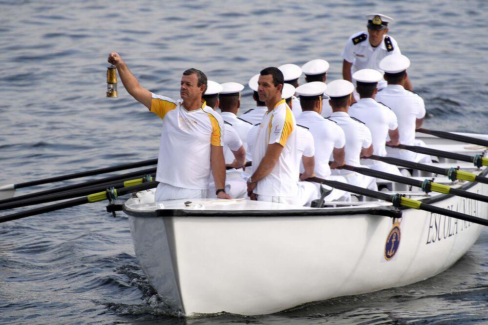 Irmãos Grael levam a tocha de Niterói ao Rio pela Baía de Guanabara