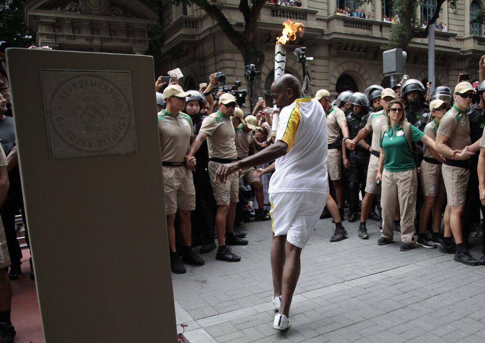 Gari e passista Renato Sorriso mostra sua ginga com a chama olímpica no Rio
