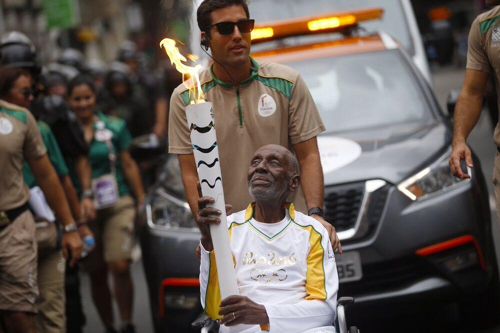 Lenda do samba carioca, Nelson Sargento emocionou ao conduzir a chama olímpica no Centro do Rio