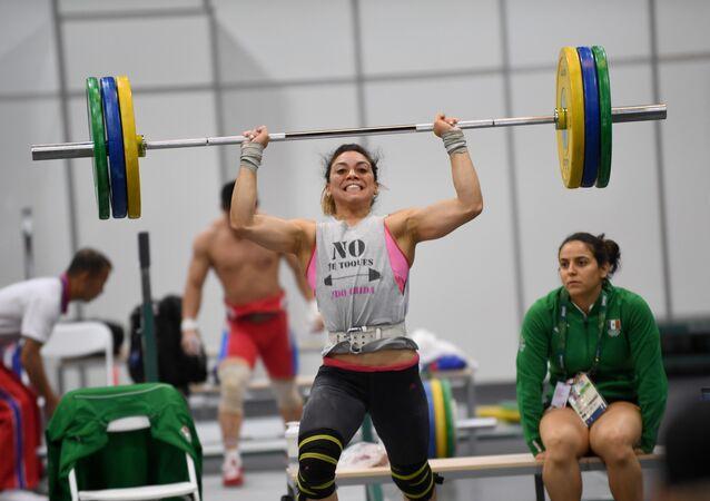 Halterofilista Eva Alicia Gurrola Ortiz, do México, treina no Riocentro, no Rio de Janeiro, nesta quarta-feira, 3 de agosto