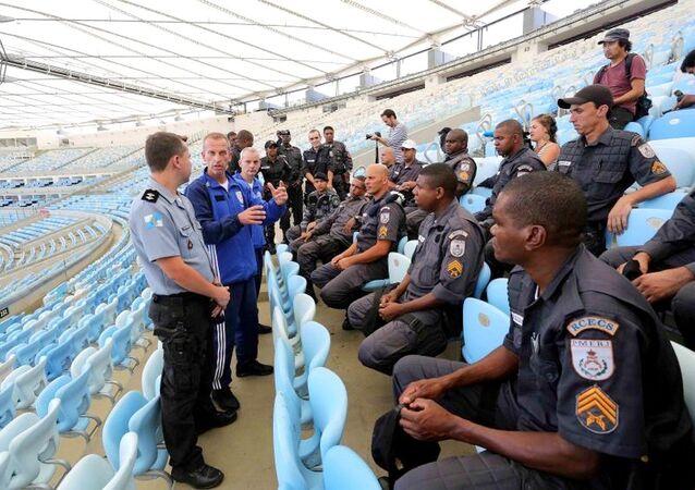 Policiais Militares do Rio  recebendo treinamento sobre como agir durante os Jogos com a polícia da França