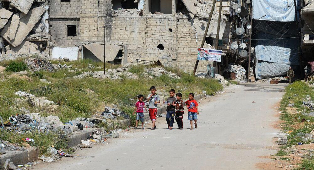 Crianças em bairro destruído da cidade de Aleppo, Síria, em abril de 2016