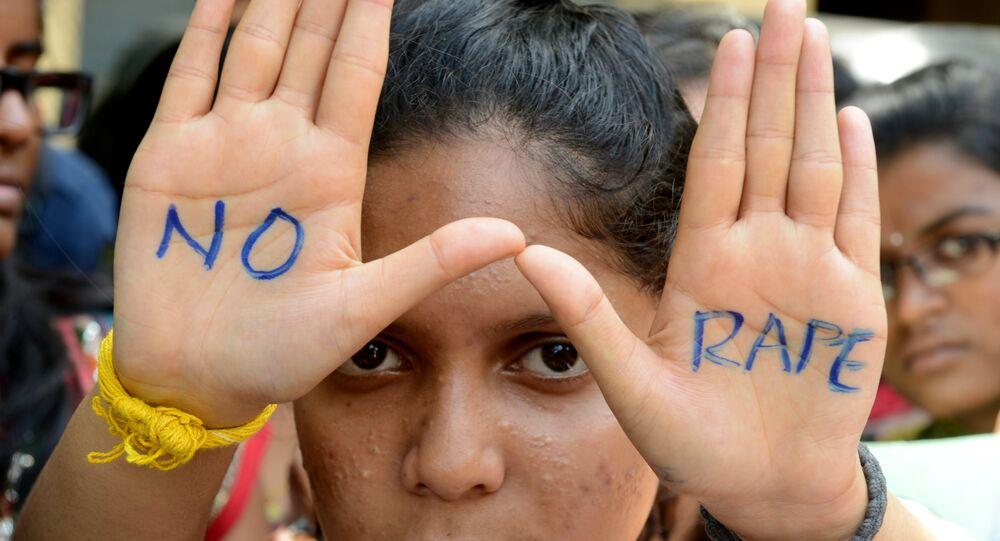 Estudantes indianos do colégio de Saint Joseph Degree participam no protesto contra a cultura de estupro