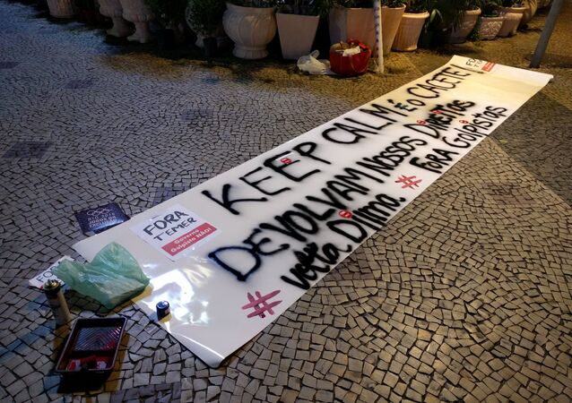 """Faixa preparada pelos movimentos Frente Brasil Popular, Frente Povo Sem Medo e Frente de Esquerda para o grande ato unificado """"Fora Temer!"""" de 5 de agosto de 2016, em Copacabana"""