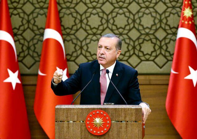 Presidente turco Recep Tayyip Erdogan fala durante a reunião com investidores internacionais no Palácio presidencial em Ancara, Turquia, 2 de agosto de 2016