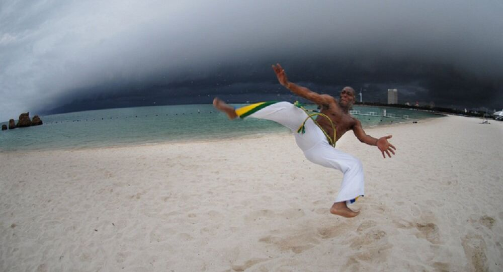 Capoeirista brasileiro na praia de Copacabana