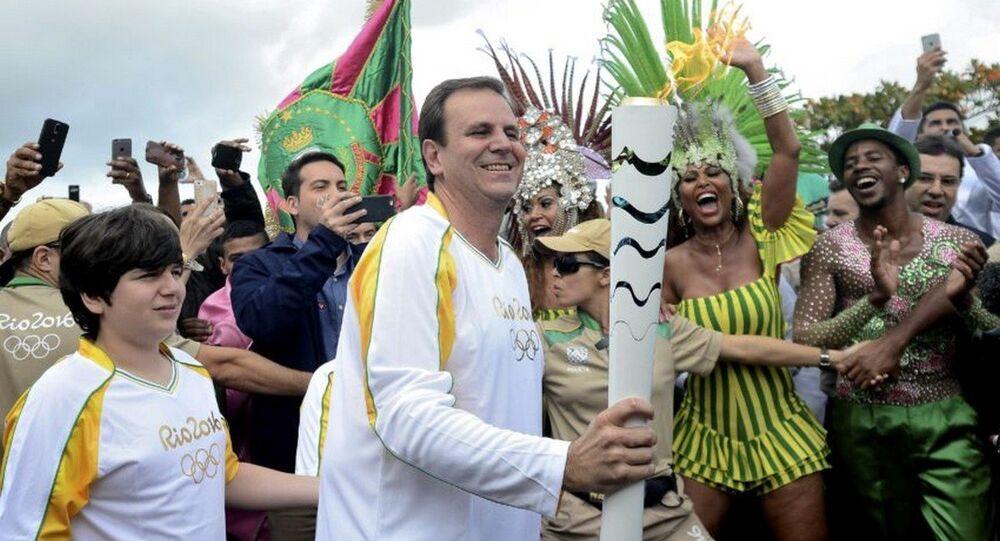 Prefeito do Rio, Eduardo Paes carregando a Tocha na chegada a cidade