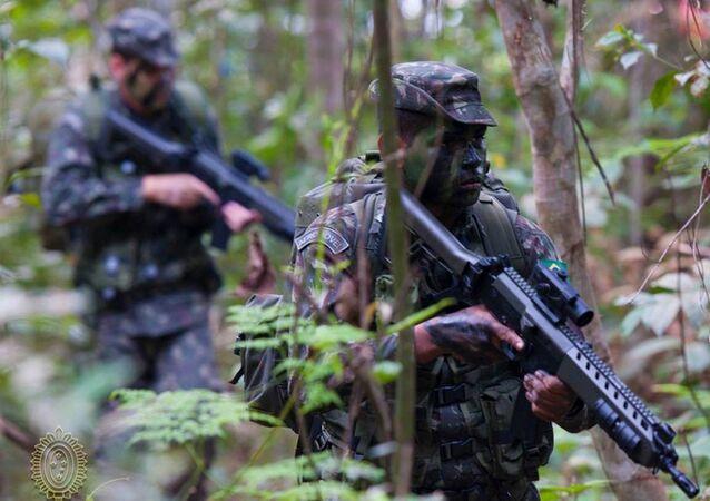 Exército Brasileiro em patrulhamento na floresta (foto de arquivo)