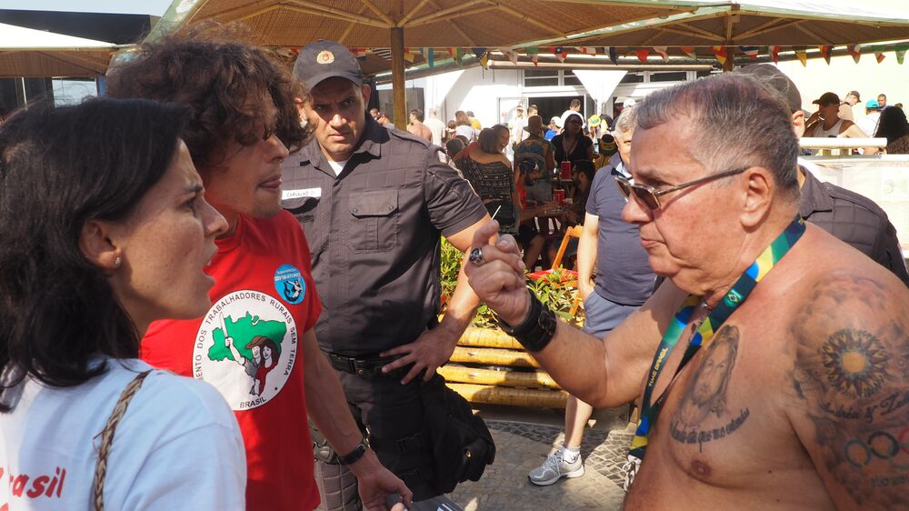 Manifestantes discutem com transeunte que defende governo Temer