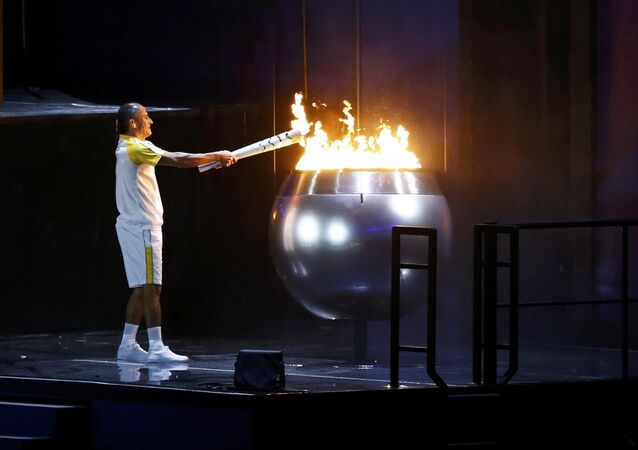 Vanderlei Cordeiro de Lima acende a pira Olímpica