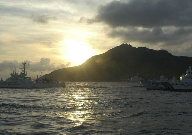 Navios japoneses perto da ilha Senkaku (Diaoyu) no mar da China Oriental (foto de arquivo)