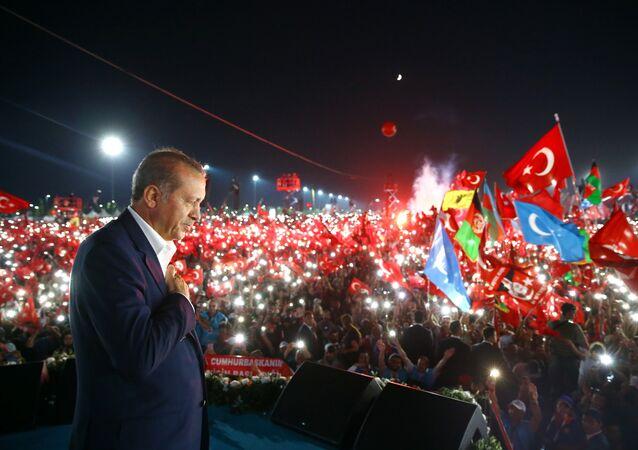 Recep Tayyip Erdogan em comício em Istambul, 7 de agosto de 2016