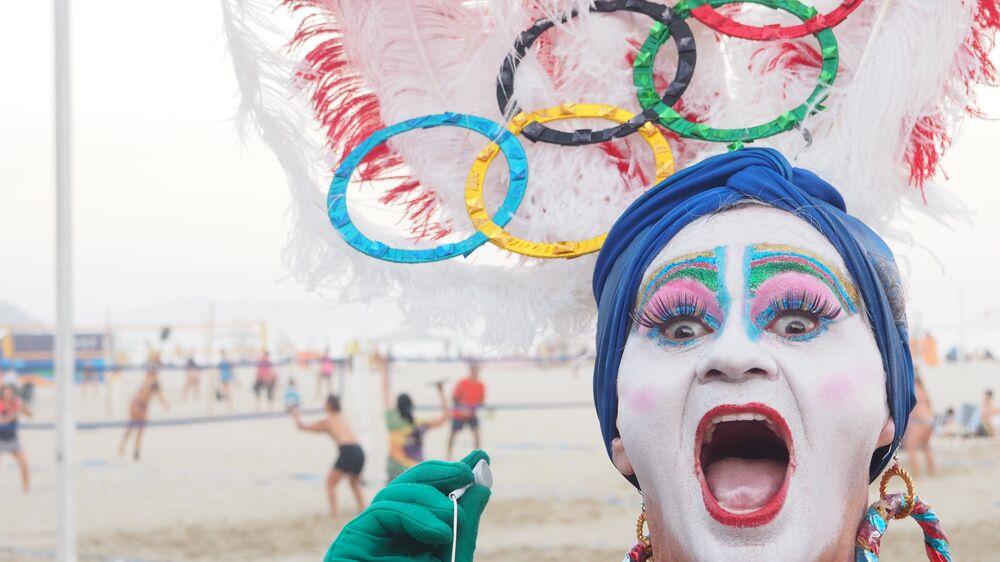 Drag queen pousa para turistas na orla de Copacabana