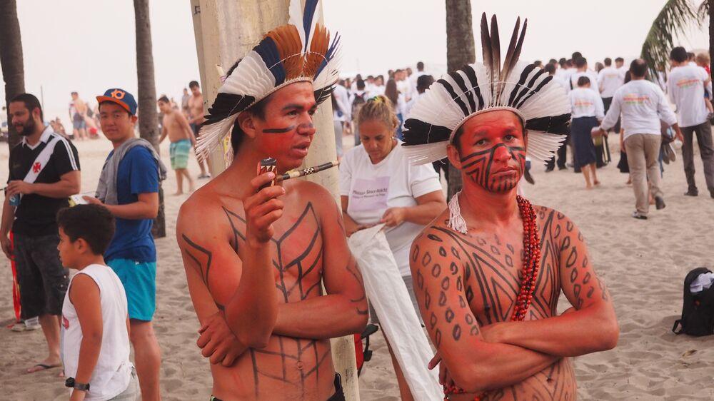 Índios vendem artesanato para turistas na praia de Copacabana