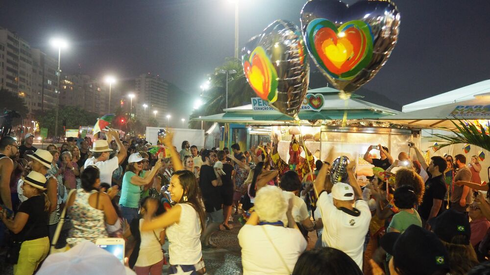 Turistas e cariocas se divertem com festa pernambucana na orla de Copacabana
