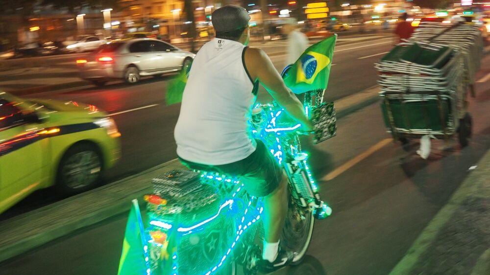 Torcedor brasileiro personaliza bicicleta para pedalar na praia de Copacabana durante as Olimpíadas