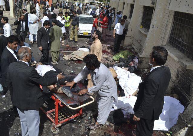 Pessoas ajudam vítimas da explosão em um hospital de Quetta, Paquistão, 8 de agosto de 2016