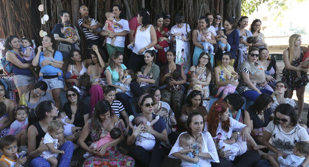 Na 15ª Semana Mundial de Amamentação, grupo de mães se reúne em Brasília para amamentar seus bebês simultaneamente em público