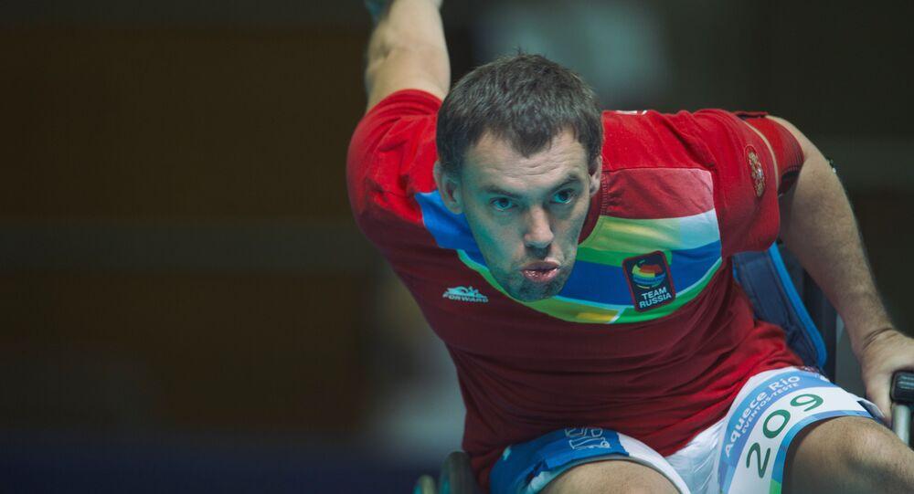 Esportista russo, Aleksandr Sakhatskiy, dá o primeiro toque na bola no jogo contra Grã-Bretanha durante fase eliminatória, na competição de bocha, para osJogos Paralímpicos Rio 2016, Riocentro, Rio de Janeiro, 12 de novembro 2015