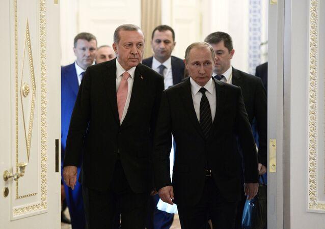 Líder russo Vladimir Putin e presidente turco Recep Tayyip Erdogan antes da reunião bilateral em São Petersburgo, Rússia, 9 de agosto de 2016