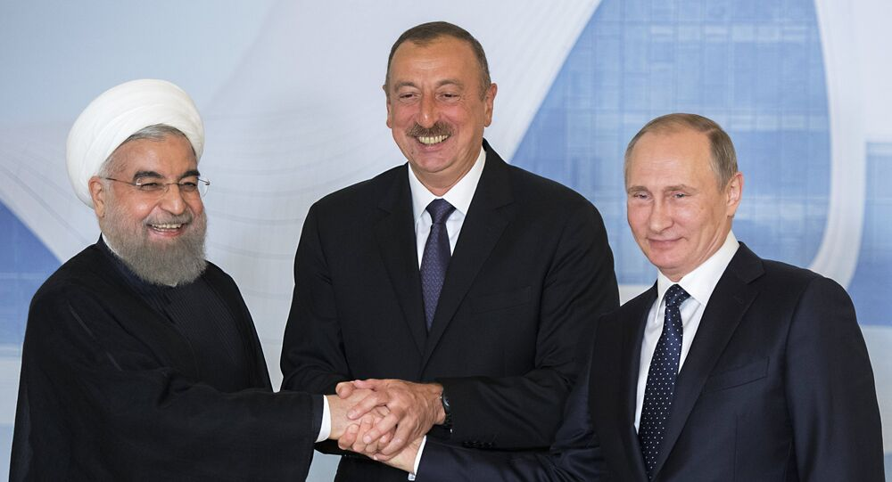 Presidente iraniano Hassan Rouhani, líder do Azerbaijão Ilham Aliyev e presidente russo Vladimir Putin antes da reunião trilateral em Baku, Azerbaijão, 8 de agosto de 2016