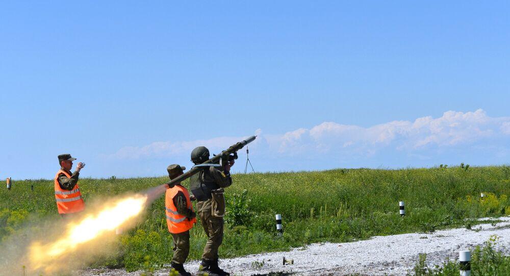 Militar russo lança fogo de sistema de defesa antiaérea portátil Igla no concurso Chistoe nebo 2016, Eysk, região de Krasnodar, Rússia, agosto de 2016