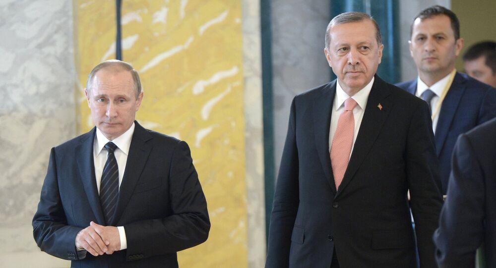 Presidente russo Vladimir Putin e presidente turco Recep Tayyip Erdogan antes da entrevista coletiva conjunta em São Petersburgo, Rússia, 9 de agosto de 2016