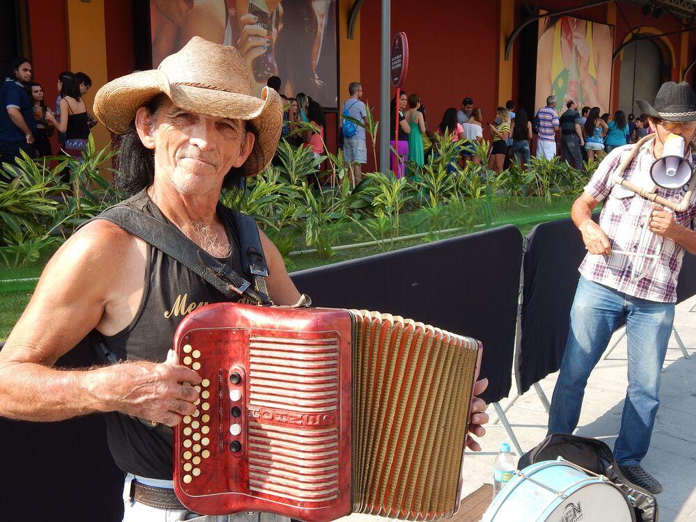 Sanfoneiro toca para turistas em frente à Casa Brasil no Boulevard Olímpico