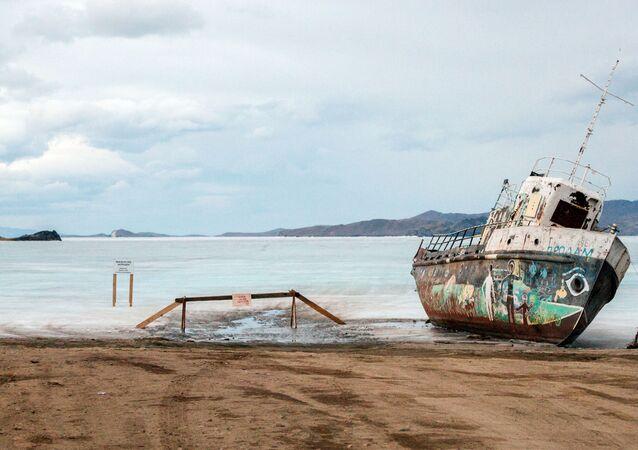 Um barco antigo na margem da ilha Olhon