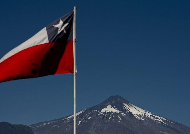 Bandeira do Chile com o vulcão Villarica ao fundo.