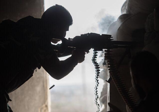 Um soldado do Exército Árabe da Síria é visto aqui em uma área residencial de Aleppo, uma cidade dividida pela linha de frente