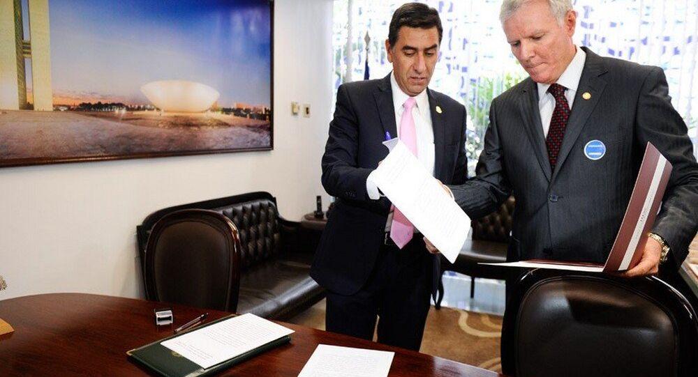 O advogado da acusação João Berchmans (D) entregou o documento à Secretaria-Geral da Mesa do Senado