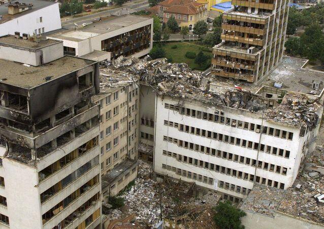 Imagem da Estação dos correios central de Pristina destruído pela OTAN, Iugoslávia, 15 de junho de 1999