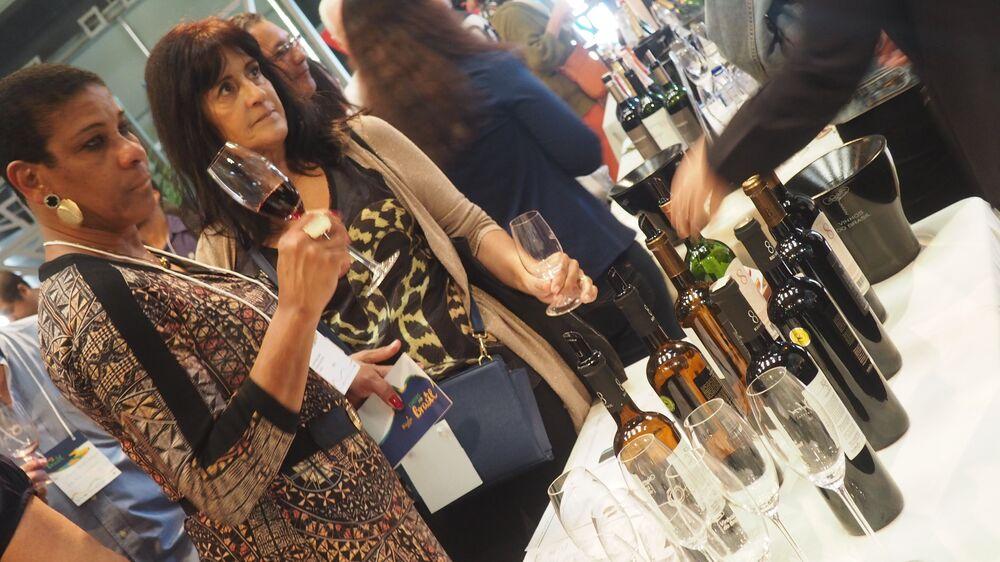 Mulheres provam vinhos na Casa Brasil