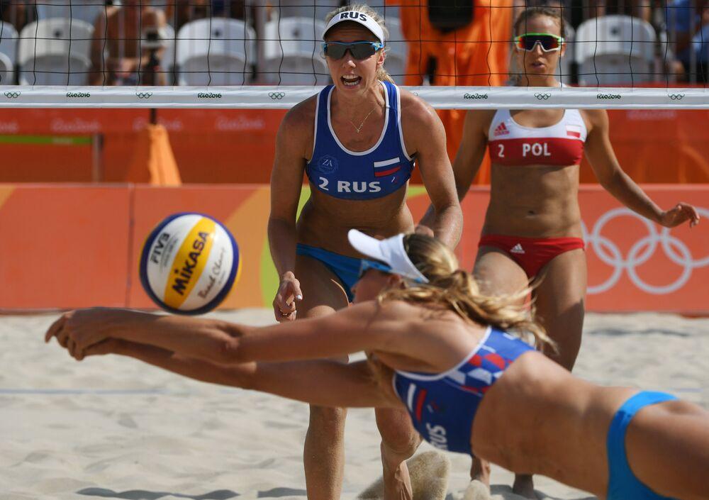 As representantes do time russo Yevgenia Ukolova (em primeiro plano) e Ekaterina Birlova durante o jogo contra a seleção polonesa