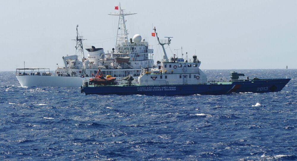 Navios de guarda costeira da China e do Vietnã no local disputado do mar do Sul da China, maio de 2014 (foto de arquivo)