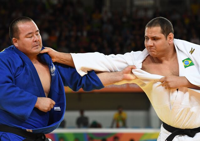 Rafael Silva lutando contra Abdullo Tangriev, do Uzbequistão, na categoria acima de 100kg