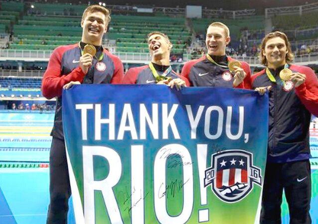 Phelps e equipe de natação dos EUA agradecem apoio ao Rio