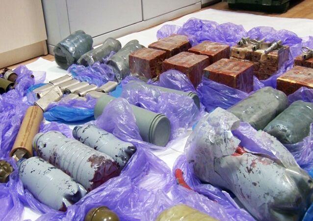 Barras de dinamite, artefatos explosivos artesanais e granadas encontados durante a detenção de agentes ucranianos que planejavam organizar atentados na Crimeia (Imagem de vídeo do FSB russo)