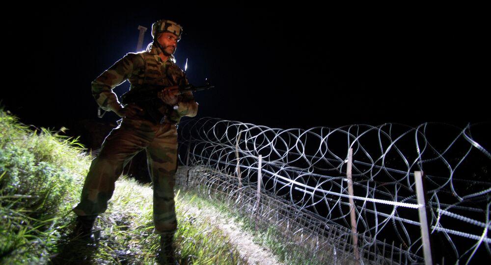 Militar indiano monta guarda na fronteira entre Caxemira, na Índia, e o Paquistão