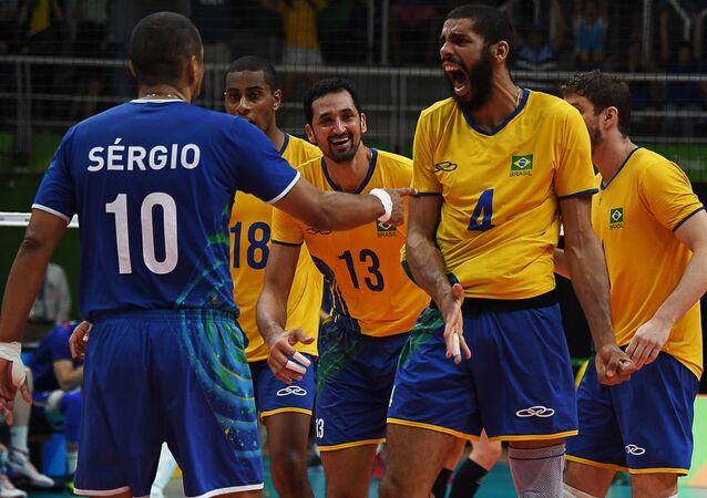 Brasil vence a França no vôlei masculino e avança para as quartas de final na Rio 2016