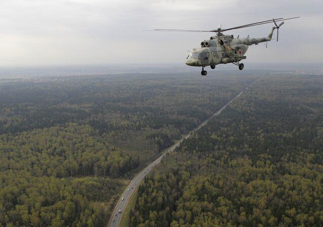 Helicóptero russo Mi-17 sobrevoa Moscou durante o ensaio da Parada da Vitória, Rússia (foto de arquivo)
