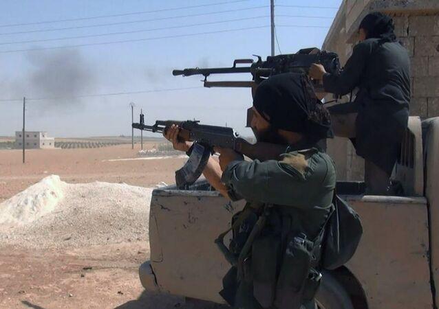 Terroristas do Daesh disparam de fuzis na cidade de Aleppo, Síria