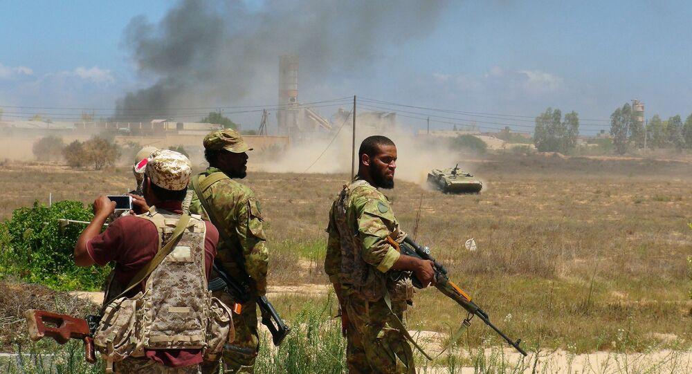 Forças líbias leais ao governo apoiado pela ONU se preparam para tomar prédios universitários durante uma batalha contra militantes do Daesh em Sirte, Líbia, 10 de agosto, 2016.