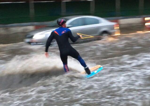 Disciplinas esportivas aquáticas em Moscou – a gente se diverte com mau tempo