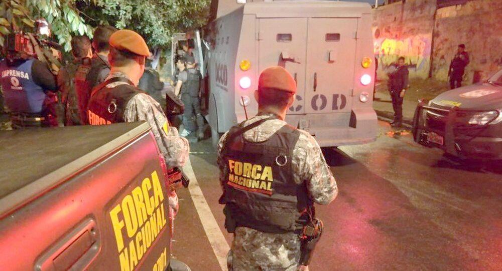 Agentes da Força Nacional em ação na Vila do João, no Complexo da Maré