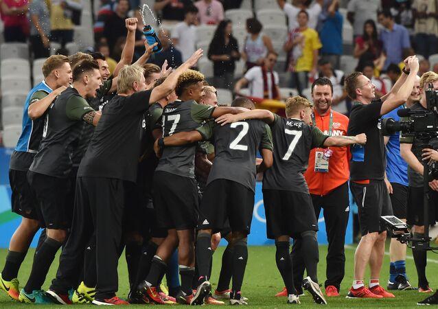 Alemães comemoram vitória sobre nigerianos na Arena Corinthians