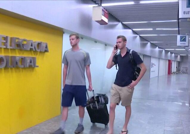 Gunnar Bentz e Jack Conger a caminho da delegacia de polícia no Aeroporto Internacional Tom Jobim